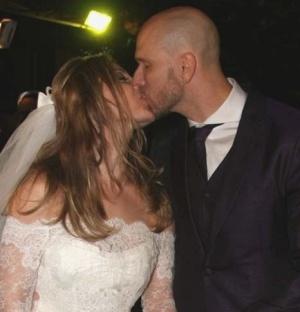 Sheila Mello e Fernando Scherer se beijam após se casarem em São Paulo (24/6/2010)