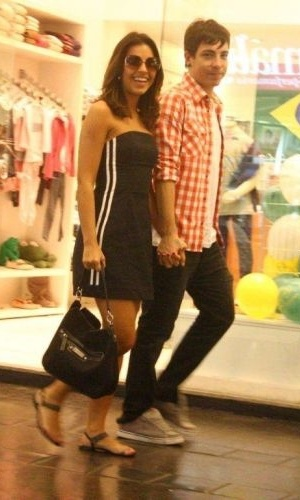 Casal Mariana Rios e Di Ferrero, do NX Zero, passeiam neste sábado (26) no shopping Fashion Mall, no Rio (26/10/2010)