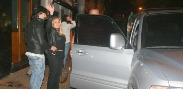 Suzana Vieira e Sandro Pedroso saem do restaurante Zuca, no Rio, após jantar em família (26/10/2010)