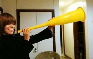 Glória Perez exibe a vuvuzela que ganhou de presente (26/6/10)