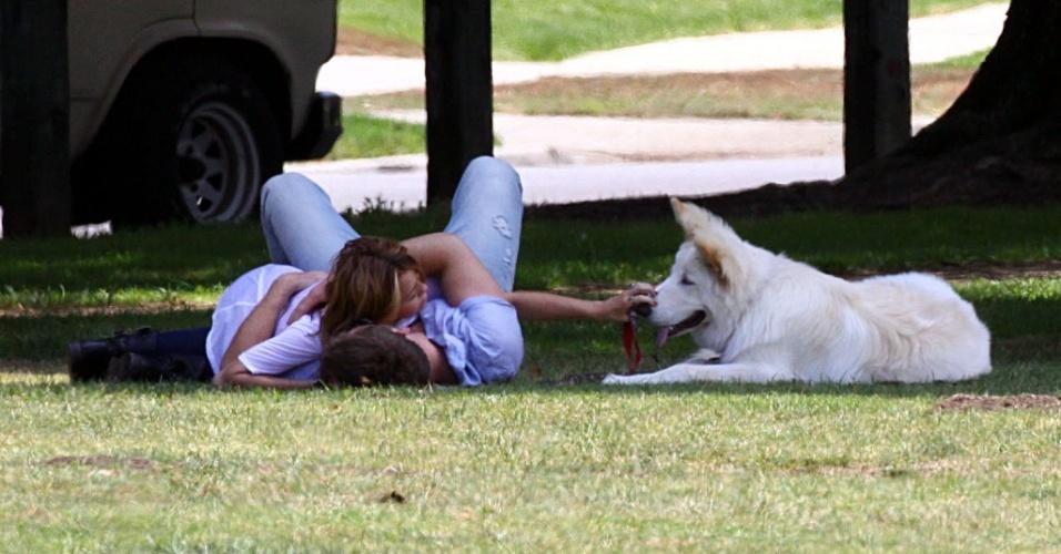 A cantora Miley Cyrus e Liam Hemsworth namoram em parque da Califórnia, acompanhados do cão Mate (26/6/2010)