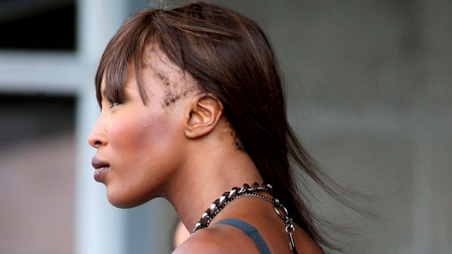 Naomi Campbell aparece com falha no cabelo durante sessão de fotos em 2010 - Grosby Group