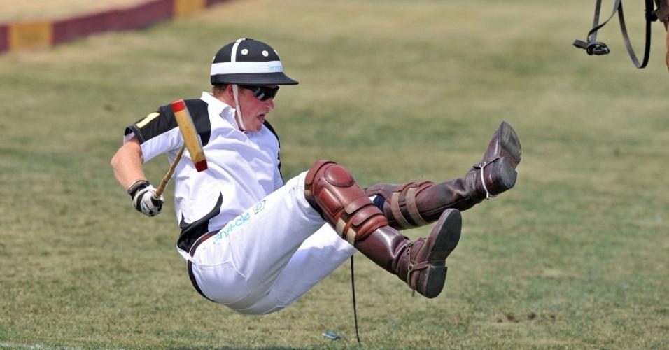 Príncipe Harry cai do cavalo durante jogo de pólo em NY (26/6/2010)