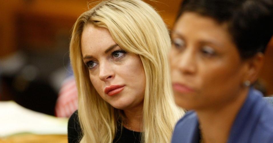 A atriz Lindsay Lohan (esq.) e sua advogada Shawn Chapman Holley (dir.) durante audiência no tribunal de Beverly Hills (6/7/2010)