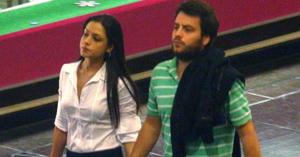 Thaís Fersoza circula de mãos dadas com Dudu Cirelli em shopping carioca (6/7/10)