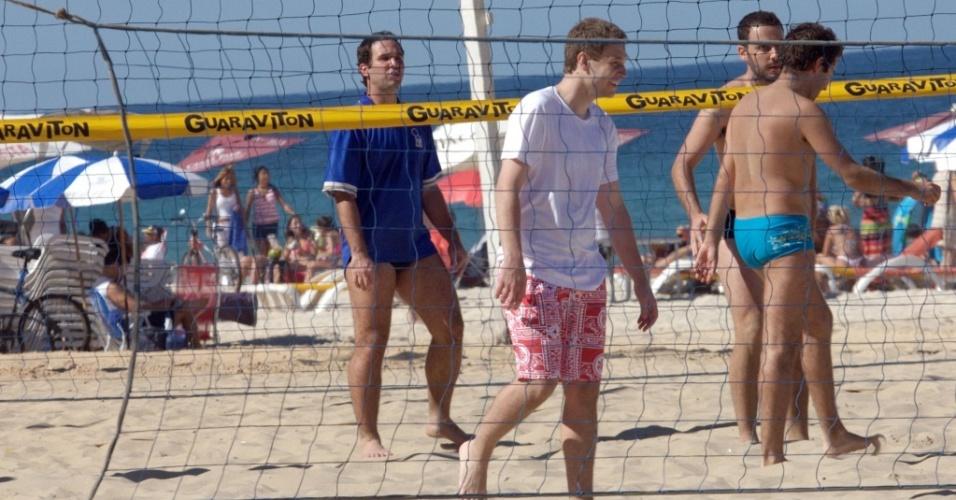 O comentarista Caio Ribeiro (esq.) e o apresentador Tiago Leifert (dir.) jogam vôlei na praia de Ipanema, no Rio de Janeiro (7/7/2010)