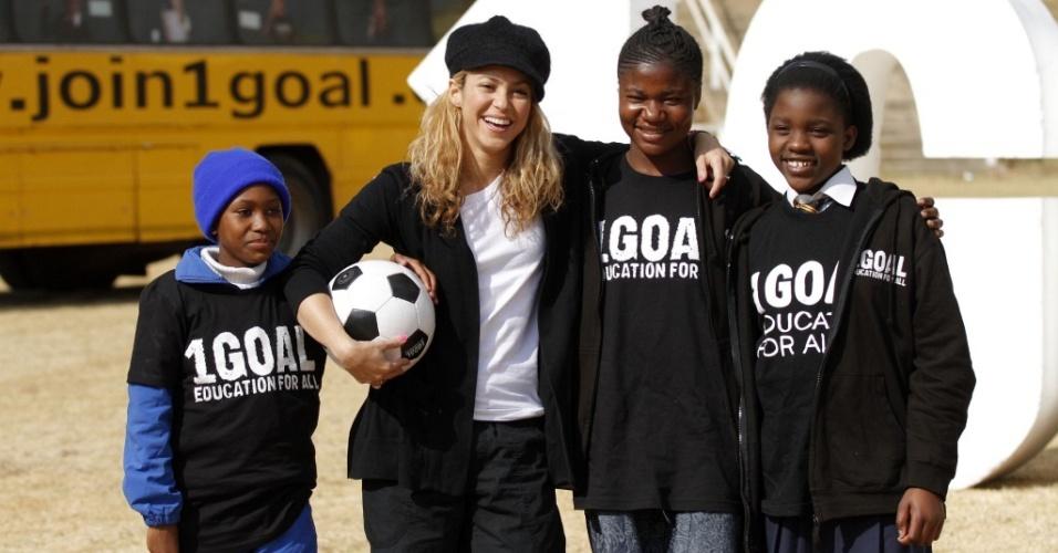 A cantora Shakira e algumas meninas de Johannesburgo divulgando campanha 1GOAL Education for All (8/7/2010)