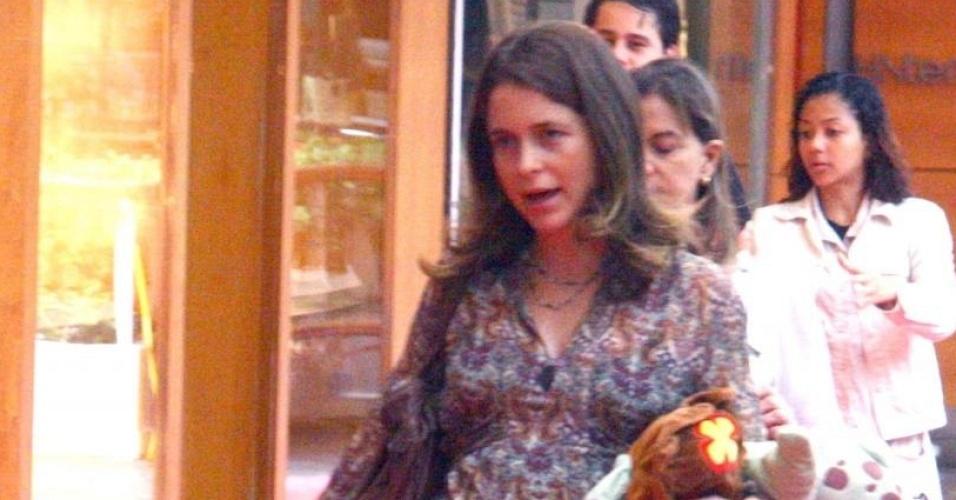 Aos oito meses de gravidez, Cláudia Abreu passeia com a filha Felipa em shopping carioca (5/6/10)