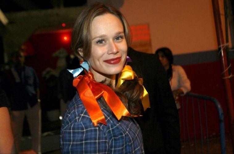 Mariana Ximenes faz maria-chiquinha com fitas coloridas e veste blusa xadrez para o arraial com elenco de