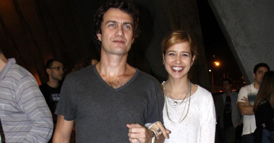 Gabriel Braga Nunes e Paloma Duarte vão ao teatro em São Paulo (10/7/2010)