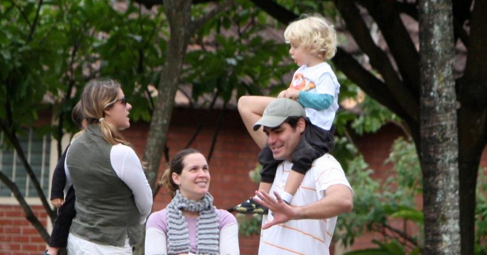 Vanessa Lóes e Thiago Lacerda levam os filhos a uma pracinha na Barra da Tijuca, Rio de Janeiro, e se divertem com as crianças ao ar livre (11/7/2010)