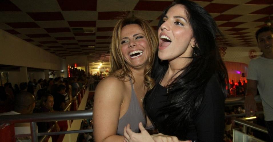 Viviane Araújo e Anamara se abraçam em ensaio do Salgueiro, no Rio (10/7/2010)