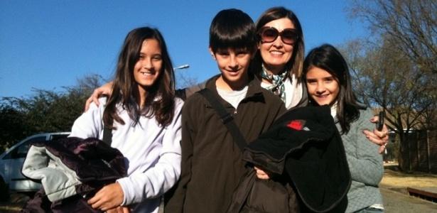 A jornalista Fátima Bernardes com os filhos Beatriz, Vinicius e Laura na África do Sul (10/7/2010)