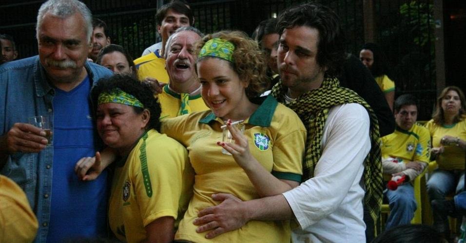 Leandra Leal e Alê Youssef assistem ao jogo do Brasil na Feijoada da Tia Surica (15/06/2010)