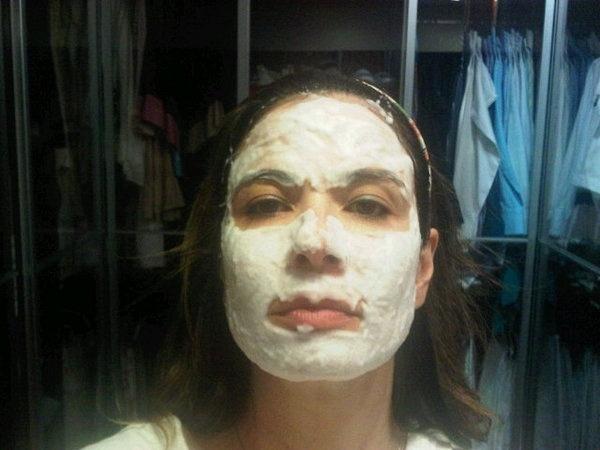 Luciana Gimenez posta em seu Twitter uma foto usando máscara facial (14/7/10)