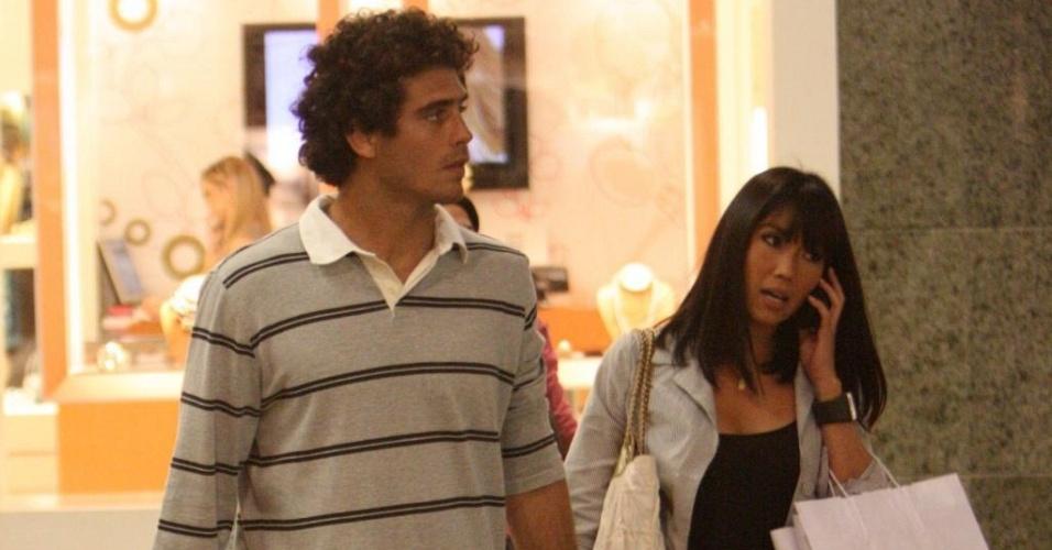 Fábio Novaes e Daniele Suzuki passeiam de mãos dadas em shopping carioca (15/7/10)