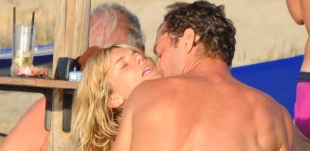 Jude Law e Sienna Miller são flagrados em clima de romance durante férias na Itália