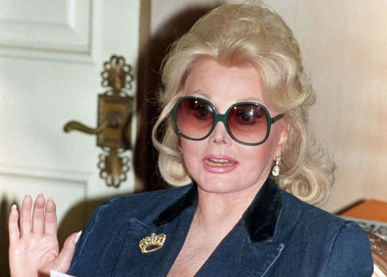 A atriz Zsa Zsa Gabor em sua casa em Beverly Hills (13/11/1992)
