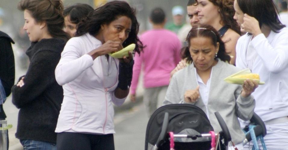 Glória Maria come milho na orla do Leblon, no Rio de Janeiro (18/7/2010)
