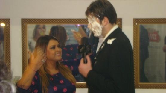 Preta Gil joga torta na cara de Danilo Gentili durante seu show, no Rio (17/7/10)