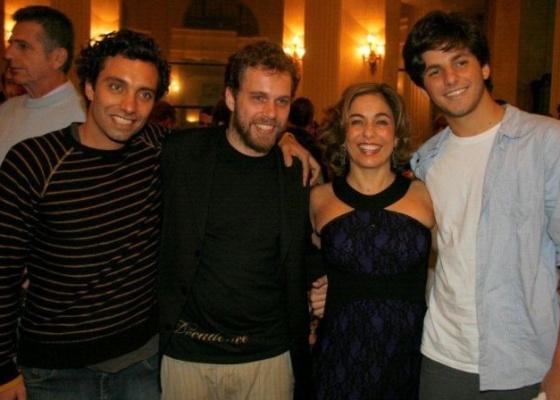 Cissa Guimarães na companhia dos três filhos, Thomás e João Velho, filhos de Paulo César Pereio, e Rafael Mascarenhas (à dir.), filho do músico Raul Mascarenhas