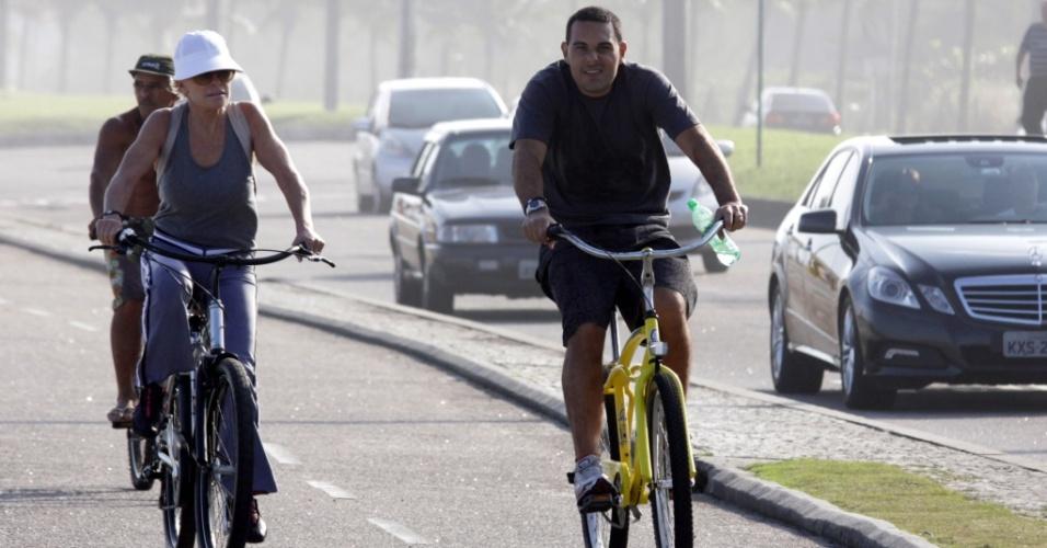 Ana Maria Braga anda de bicicleta pela orla da Barra da Tijuca ao lado de Marcelo Frisoni, no sábado (24/07/2010)