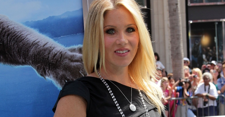 "Christina Applegate exibe a barriguinha de grávida na première de ""Cats and Dogs 2"" em Hollywood (26/7/2010)"