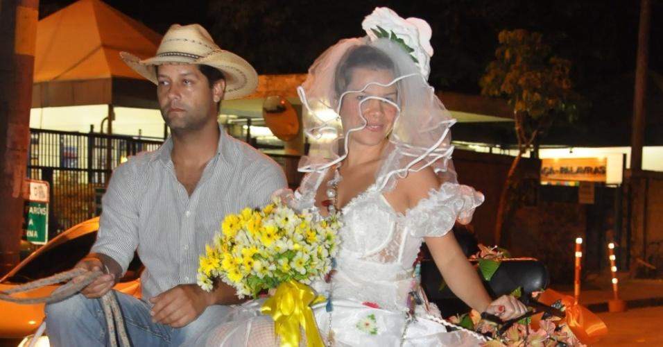 Fernanda Souza chega de charrete e vestida de noiva para festa caipira do elenco de Ti-Ti-Ti (30/7/2010)