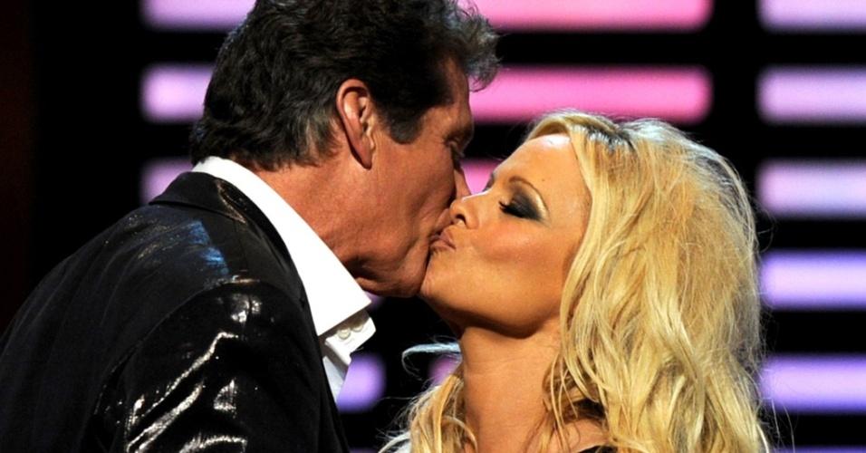 David Hasselhoff e Pamela Anderson trocam um selinho durante gravação do programa