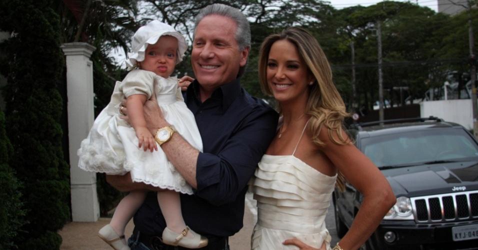 Roberto Justus, Ticiane Pinheiro e a filha Rafaella no aniversário de um ano em um bufê em São Paulo (1/8/2010)