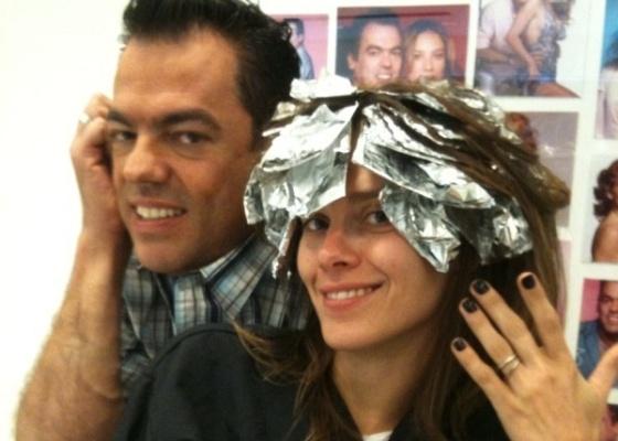 Carolina Dieckmann e o cabeleireiro Marco Antônio di Biaggi em São Paulo (4/8/10)