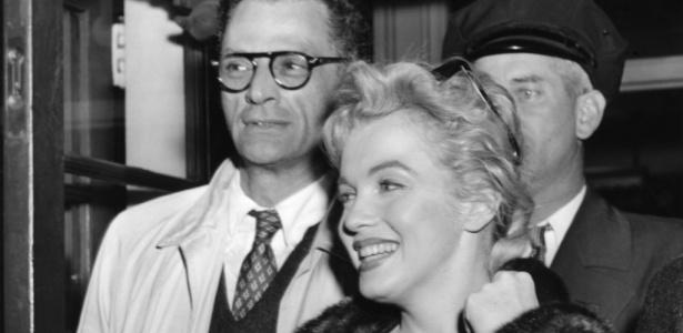 O dramaturgo Arthur Miller com Marilyn Monroe, sua mulher na época, em foto de 1956 - AFP