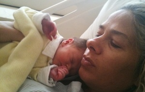 Adriane Galisteu com o filho Vittorio em maternidade de São Paulo (6/8/2010)
