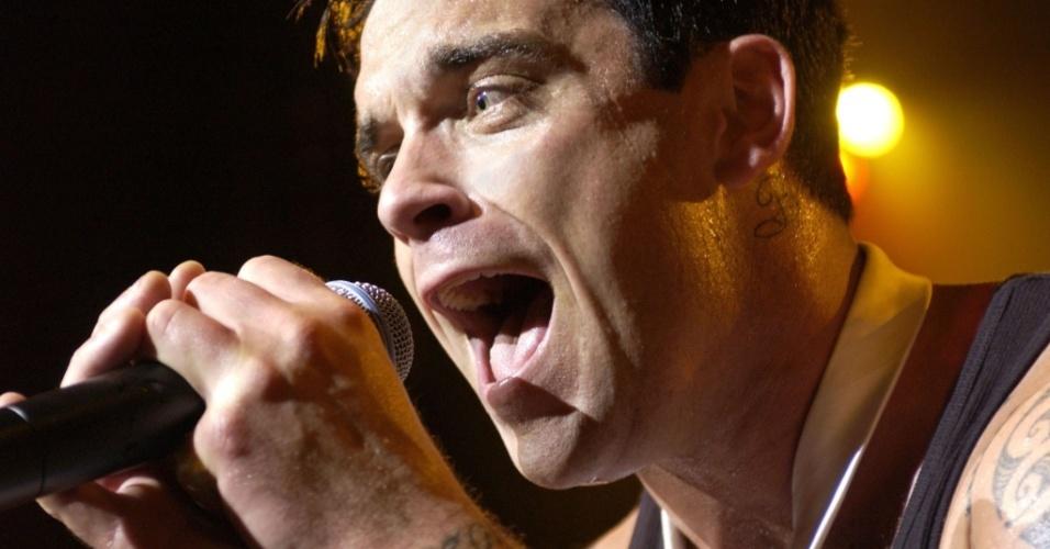 O cantor britânico Robbie Williams faz show em Paris (22/06/2003)