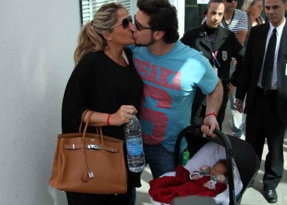 Adriane Galisteu e Vittorio deixam maternidade em companhia de Alexandre Iódice (8/8/2010)