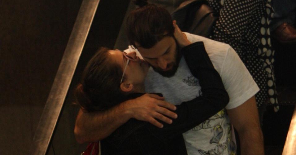 Alinne Moraes passeia com o namorado, Rodrigo Mendonça, em um shopping do Rio de Janeiro, no domingo (8/8/2010)