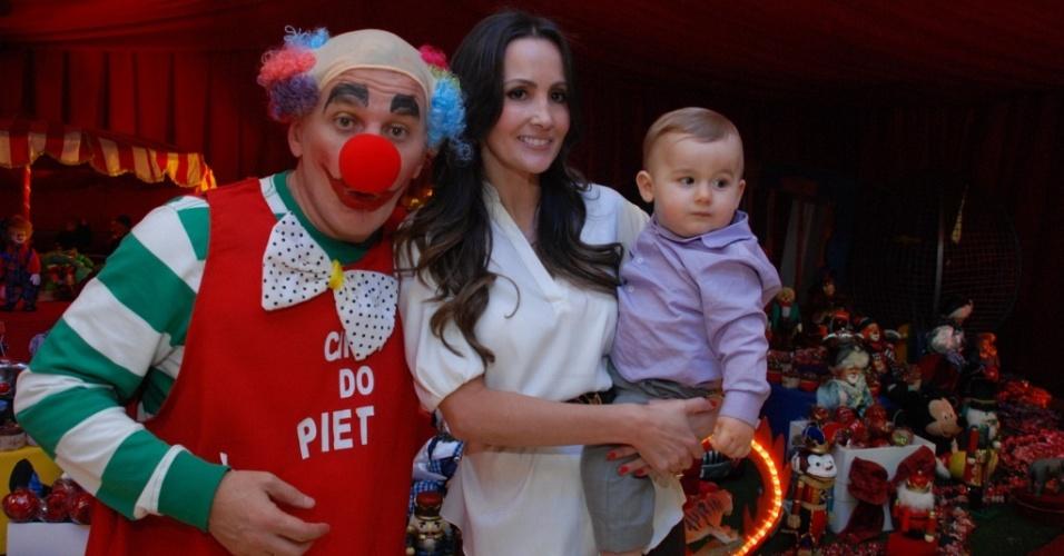 O apresentador Otávio Mesquita, a mulher Melissa Wilman e o filho Pietro na festa de um ano do menino em São Paulo (8/8/2010)