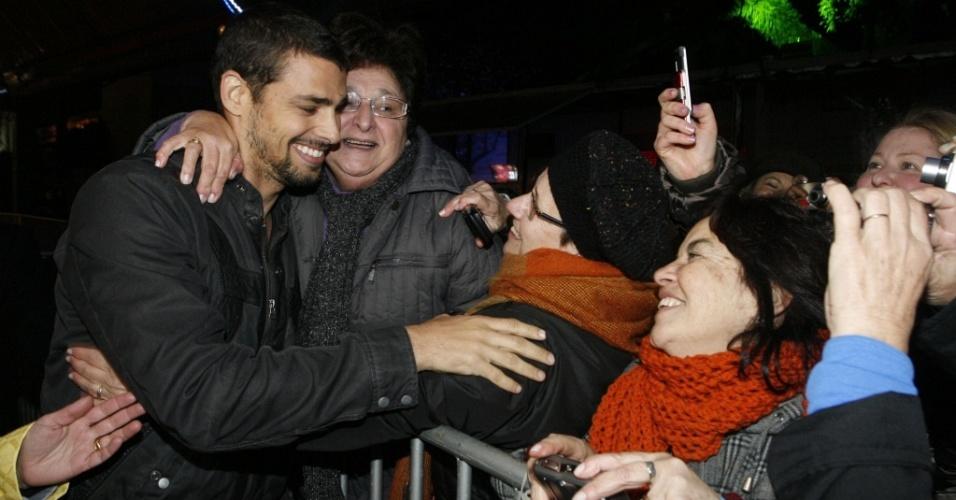 Cauã Reymond é agarrado pelas fãs no Festival de Cinema de Gramado (9/8/2010)