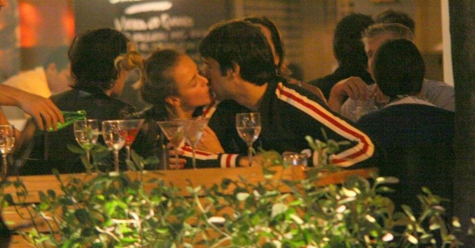 Juliana Silveira troca beijos com o namorado, João Vergara, em restaurante carioca (8/8/10)