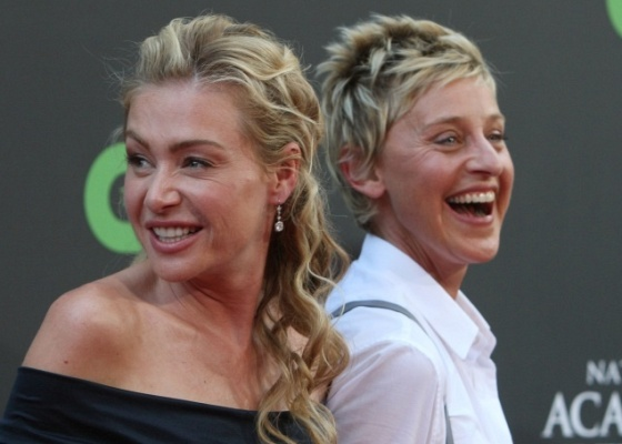 Portia De Rossi (esq.) e Ellen DeGeneres (dir.) no tapete vermelho do 36ª edição do Emmy em Los Angeles (30/8/2009)