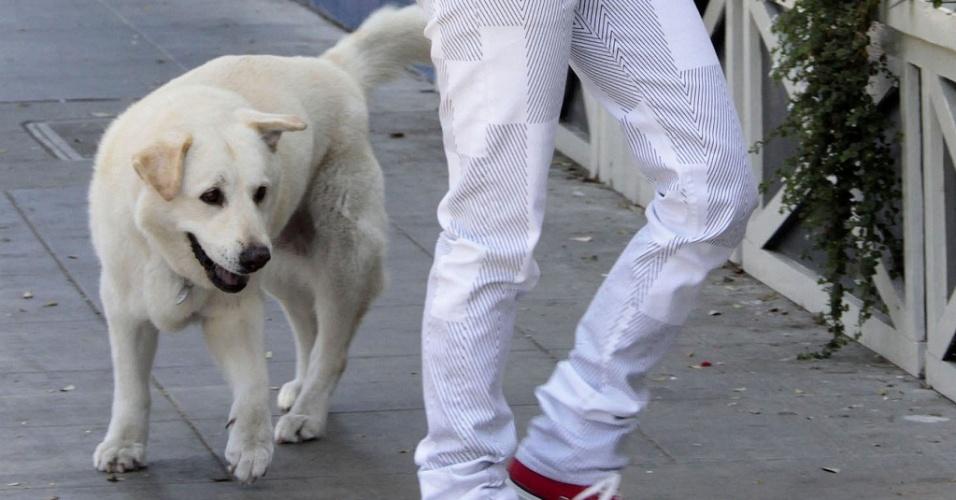 A atriz Drew Barrymore chega com seu cão Flossie ao escritório de sua produtora, em West Hollywood (21/5/2009)
