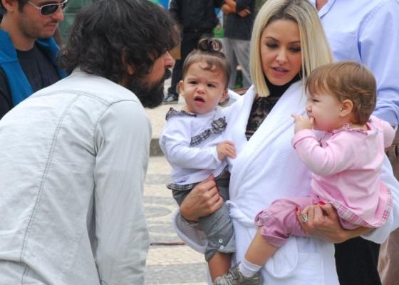 A atriz Bianca Rinaldi com as filhas Sophia (esquerda) e Beatriz (direita), conversa com o ator Taumaturgo Ferreira. Eles são observados pelo diretor Daniel Ghivelder (de óculos)