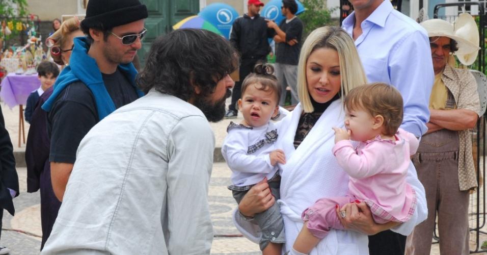 A atriz Bianca Rinaldi com suas filhas gêmeas nos bastidores da novela