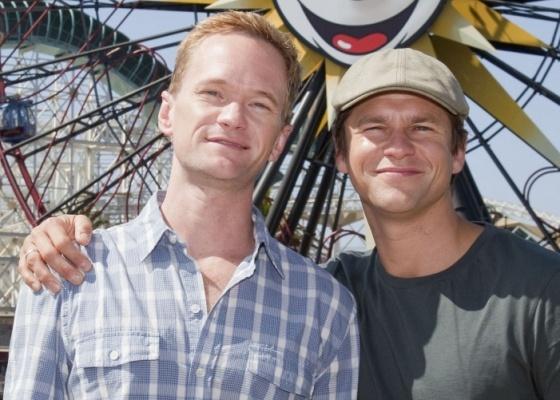 Os atores Neil Patrick Harris e David Burtka na Disney, em Anaheim, na Califórnia (14/8/2010)