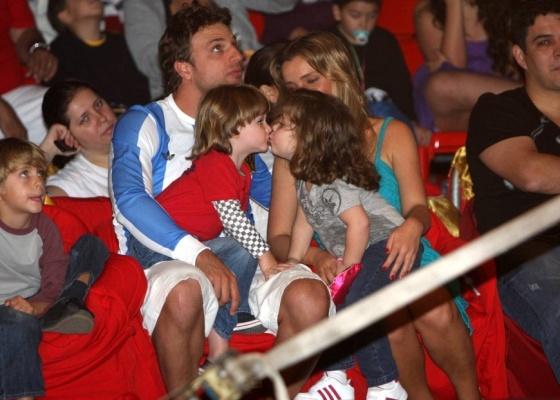 Cássio Reis vai ao circo com o filho Noah, a namorada Maria Klien e a enteada Valentina