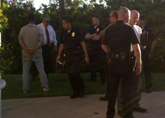 Foto de policiais e do homem algemado que tentou invadir a casa de Paris Hilton em Los Angeles. A socialite publicou a foto em seu Twitter (24/8/2010)