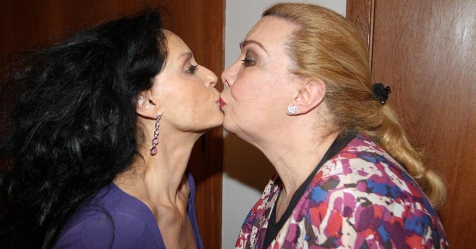 """Sônia Braga e Rogéria dão selinho na pré-estreia da peça """"É Com Esse Que Eu Vou"""", no Rio de Janeiro (23/8/2010)"""