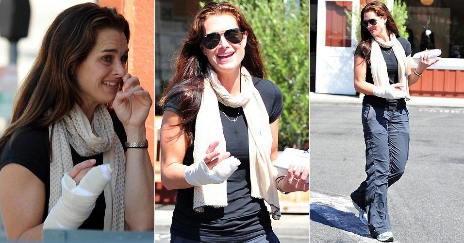 A atriz Brooke Shields com a mão enfaixada em um café em Brentwood, na Califórnia (26/8/2010)