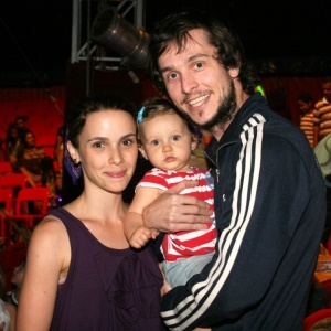 http://m.i.uol.com.br/celebridades/2010/08/30/debora-falabella-a-filha-nina-e-o-marido-chuck-hipolito-vao-ao-circo-las-vegas-no-rio-de-janeiro-29810-1283180124826_300x300.jpg