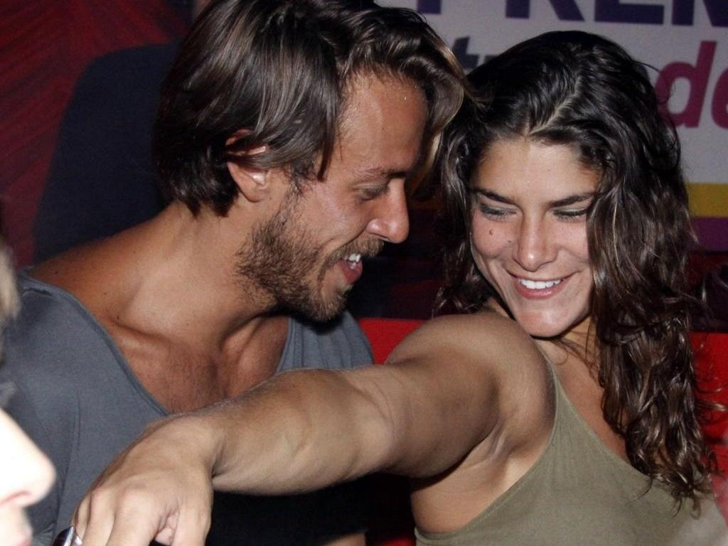 Os atores Renan Abreu e Priscila Fantin se divertem na pista de dança do Prêmio Tudo de Bom, no Rio